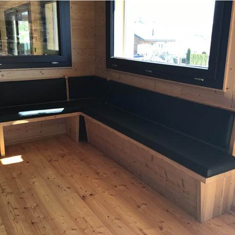 Banquettes noires sur mesure en simili cuir avec scratch cousu et collé au banc en bois