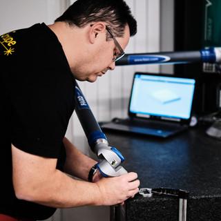 Contrôle à l'aide du bras Faro.  Cet outil de mesure sophistiqué et intelligent dispose d'un assistant de mesure personnel intégré au monde. Avec un écran tactile intégré et d'un système d'exploitation embarqué, le FARO révolutionne le monde de la métrologie portable en offrant une solution de mesure autonome. Les performances sont améliorées, la fiabilité de mesure est élevée et l'objet offre une grande portabilité.