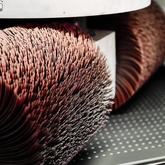 Travail de finition : brossage. Notre machine Timesavers permet une finition haut de gamme.