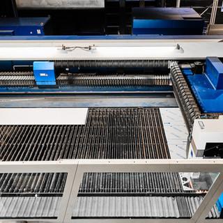 Tôle prête à la découpe sur les grilles de notre centre de découpe Laser Trumpf 5040.