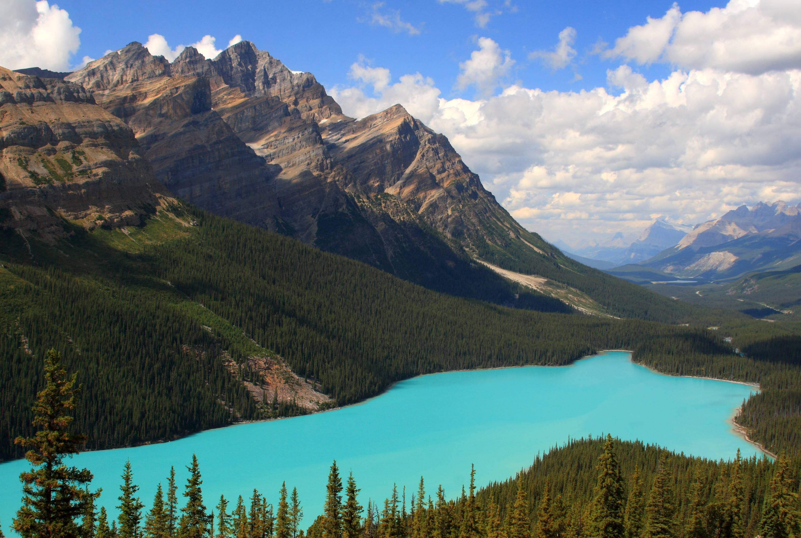 Classic_view_of_a_cloudfree_Peyto_Lake,_