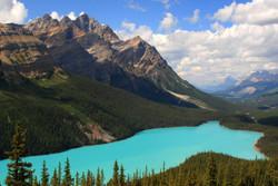 Classic_view_of_a_cloudfree_Peyto_Lake,_