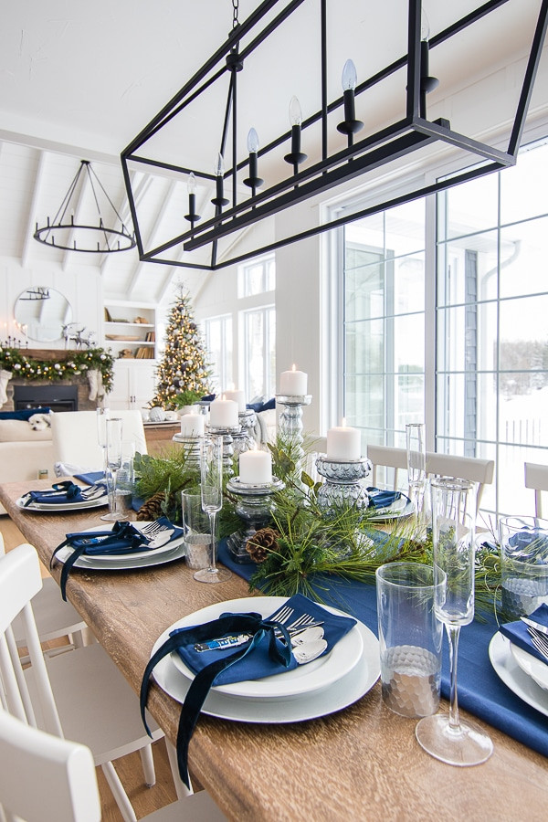 Foto: https://www.thelilypadcottage.com/2018/11/silver-and-navy-christmas-table-setting.html