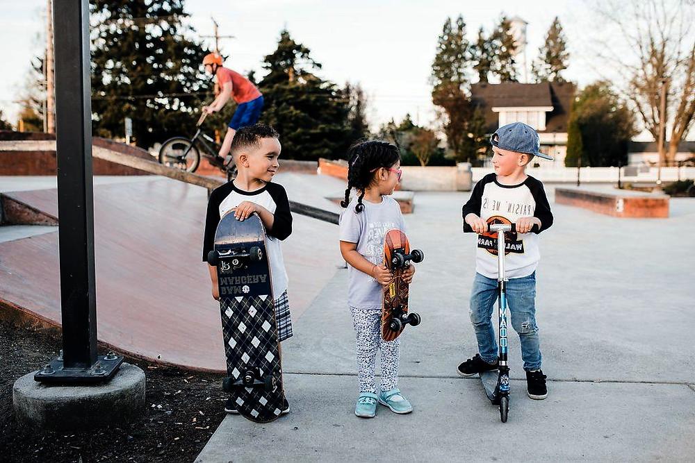 детский скейтбординг (дети в скейтпарке)