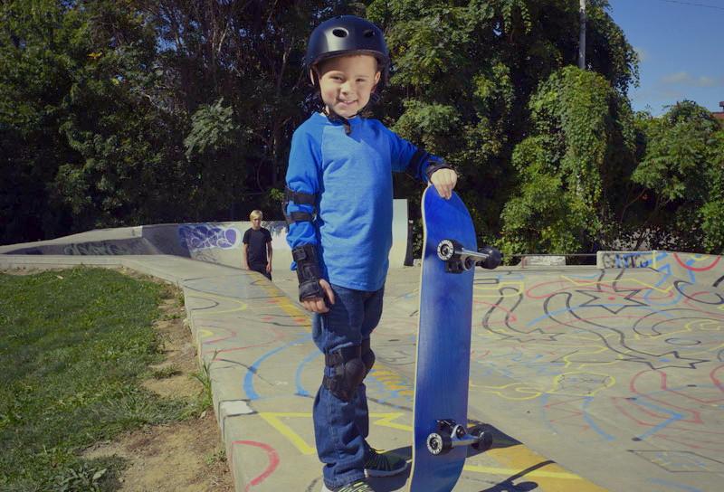 Ребенок со скейтбордом (счастливый)