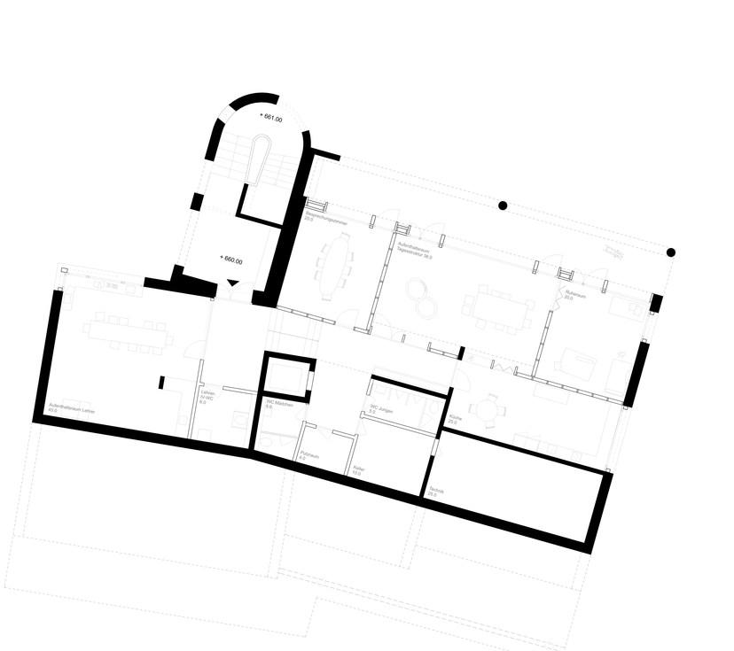Im Erdgeschoss öffnen sich die Haupträume mit einer vorgelagerten Loggia gegen den grünen Freiraum mit Schulgarten.