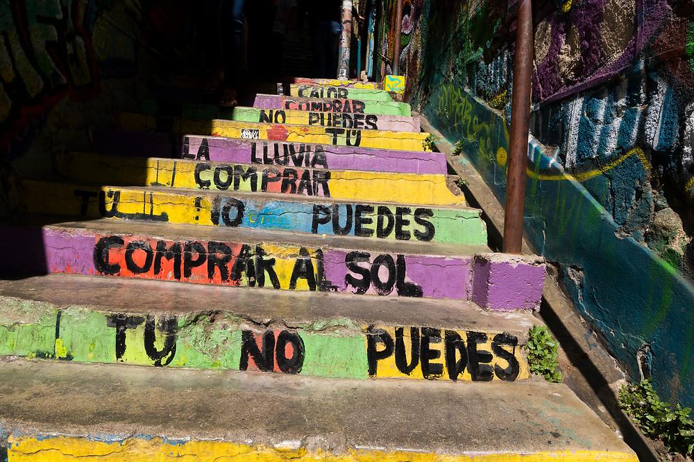 Escalier valparaiso paroles latinoamerica de Calle 13 au Chili