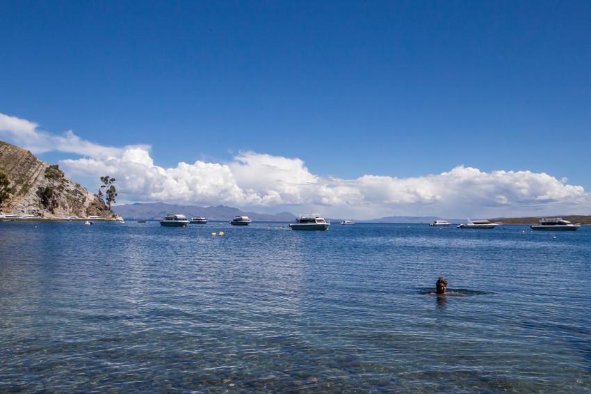 Se baigner dans le lac Titicaca en Bolivie