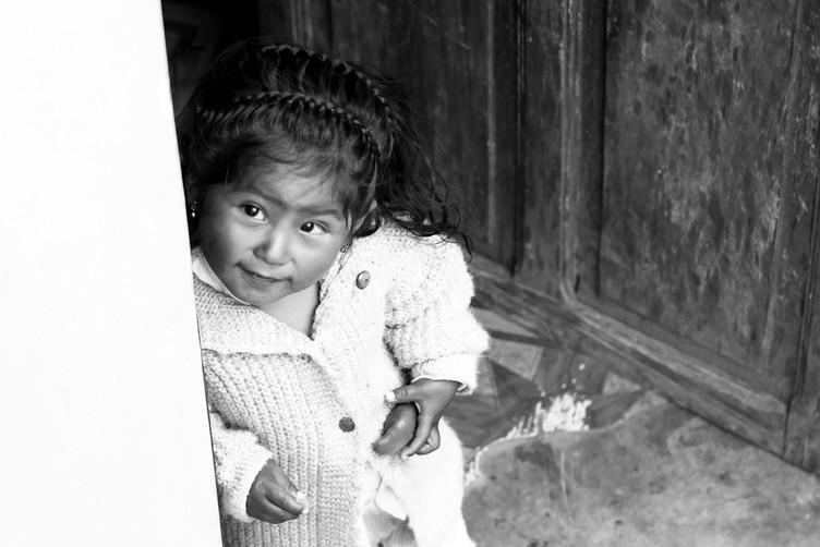 Portrait d'une petite Bolivienne sur le lac Titicaca