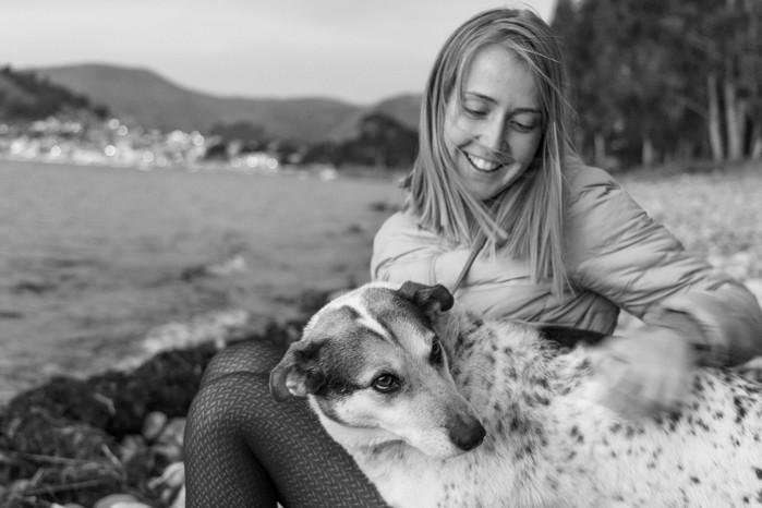 Rencontre avec un chien sur la rive du lac Titicaca en Bolivie près de Copacabana