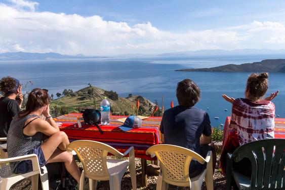 Vue panoramique sur le lac Titicaca depuis le sommet de l'Isla del Sol