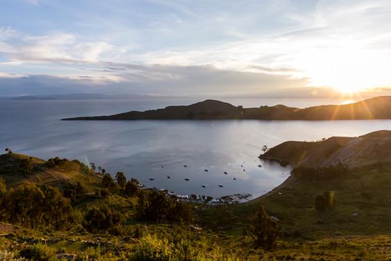 Coucher de soleil et vue panoramique sur le lac Titicaca en Bolivie