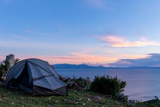 Bivouac sur le sommet de l'Isla del Sol sur le lac Titicaca en Bolivie