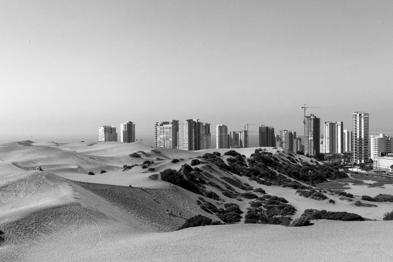 La dune de sable au milieu de la ville de Concon au Chili. Panorama, landscape photography