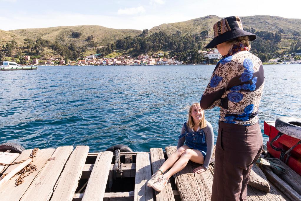 Traversee de notre 4x4 sur un radeau de fortune sur le lac Titicaca avec nos amies