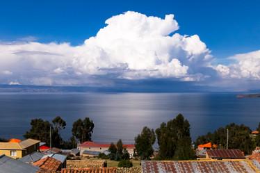 Cumulus Nimbus impressionnant sur le lac Titicaca en Bolivie