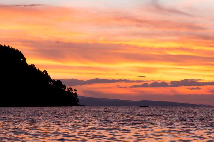 Magnifique coucher de soleil coloré sur le lac Titicaca en Bolivie