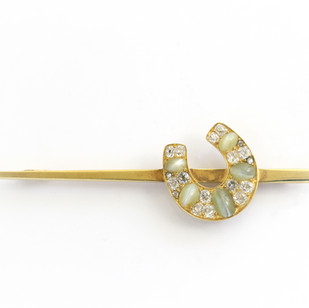 15ct yellow gold Edwardian bar brooch, completed with a chrsoberyl cats eye and diamond set horse shoe feature.  £1,450.00