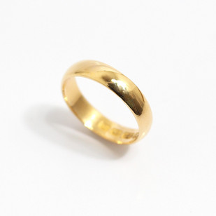 A 18ct yellow gold 'Court' profile medium weight wedding ring. Most wedding rings are priced by weight. This example is 4mm width and is a size S. £625.00 Please enquire for alternative price and sizing.