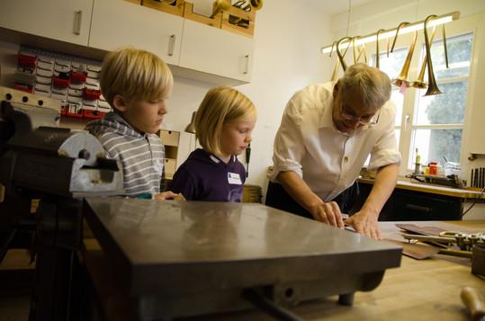 Tengler Blasinstrumente Stuttgart. Bei einem Kindergeburtstag könne alle Hand an legen und selbst erleben wie Querflöte Klarinette, Saxophon, Trompete, Horn, Posaune Euphonium und Tuba Repariert werden