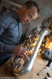 Tengler Blasinstrumenten in Stuttgart, ist die Meisterwerkstatt rund um Ihr Blasinstrument. Dallen, Beulen, Risse, klappernde Mechanik, festsitzende Ventile und Züge, Ersatzteile oder Neuteile. Bei Tengler Blasinstrumente in Stuttgart sind Sie mit Querflöte, Klarinette, Saxophon, Kornett, Trompete, Flügelhorn, Posaune, Tenorhorn, Bariton, Horn Helikon, Souasphone und Tuba genau richtig.