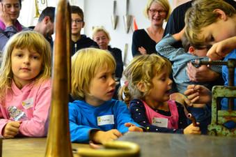 Bei einer Kindergeburtstagsfeier, Kindergarten oder Schulgruppe oder einer Betriebsführung kommen auch die kleinen ganz groß raus. Selbst erleben wie Querflöte, Klarinette, Saxophon, Trompete, Horn, Tenorhorn, Bariton, Posaune und Tuba repariert werden ist ein bleibender Eindruck