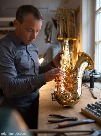 Tengler Blasinstrumente ist die Meisterwerkstatt speziell für Querflöte, Klarinette, Saxophone, Kornett, Trompete, Flügelhorn, Posaune, Horn, Waldhorn, Doppelhorn, Euphonium, Tenorhorn, Bariton, Helikon, Sousaphone und Tuba, in Stuttgart.  Beulen Kratzer, Dellen, Risse, feste Ventile und Züge, klappernde Mechanik und undichte Polster. Auf all das sind wir in Stuttgart eingestellt. Hier finden Sie auch sämtliches Zubehör wie Öl, Fett, Wischer, Blätter, Dämpfer und Ständer. In unserer Meisterwerkstatt für Blasinstrumente werden alle Arbeiten wie Reparatur, Restauration, Instandsetzung, Servicearbeiten, Jahresinspektion und Generalüberholungen durchgeführt.