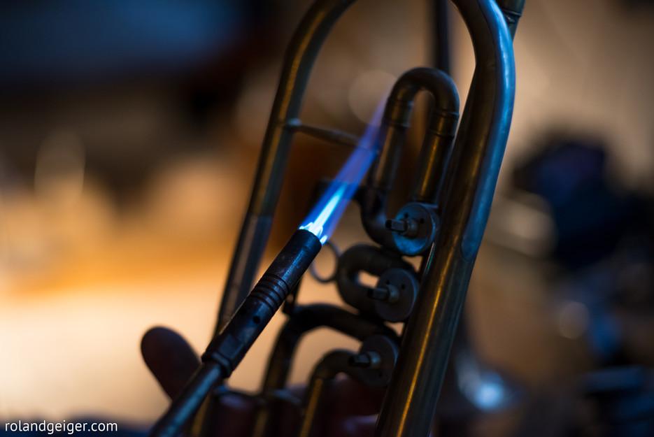 In der hauseigenen Meisterwerkstatt werden Trompete, Kornett und Flügelhorn in Kleinserie gebaut. Dem individuellen Kundenwunsch sind keine Grenzen gesetzt. Reparatur, Neubau, Vermietung und Verkauf von Querflöte, Klarinette, Saxofon, Trompete, Kornett, Flügelhorn, Posaune, Horn, Eufonium und Tuba bei Tengler Blasinstrumente in Stuttgart