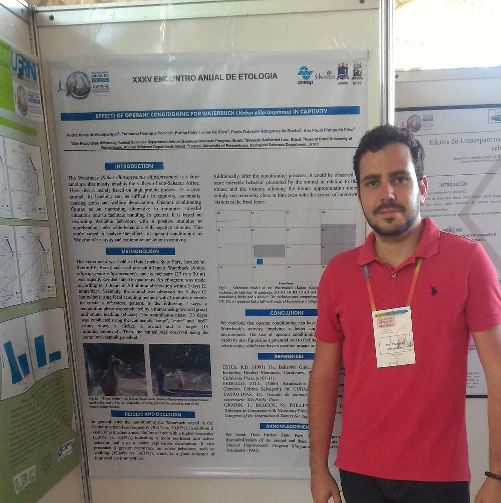 Zootecnista André Alves ao lado do Banner. XXXV Encontro Anual de Etologia
