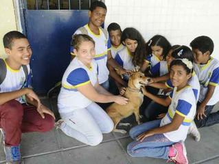 Escola adota cachorros e apresenta trabalhos sobre cuidados com os animais