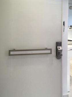 דלת עם מנעול דיגיטלי