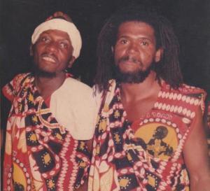 Paulinho Feijão (direita) e o cantor de reggae Jimmy Cliff em uma saída do Ilê Aiyê no carnaval de Salvador. Foto: Arquivo Pessoal