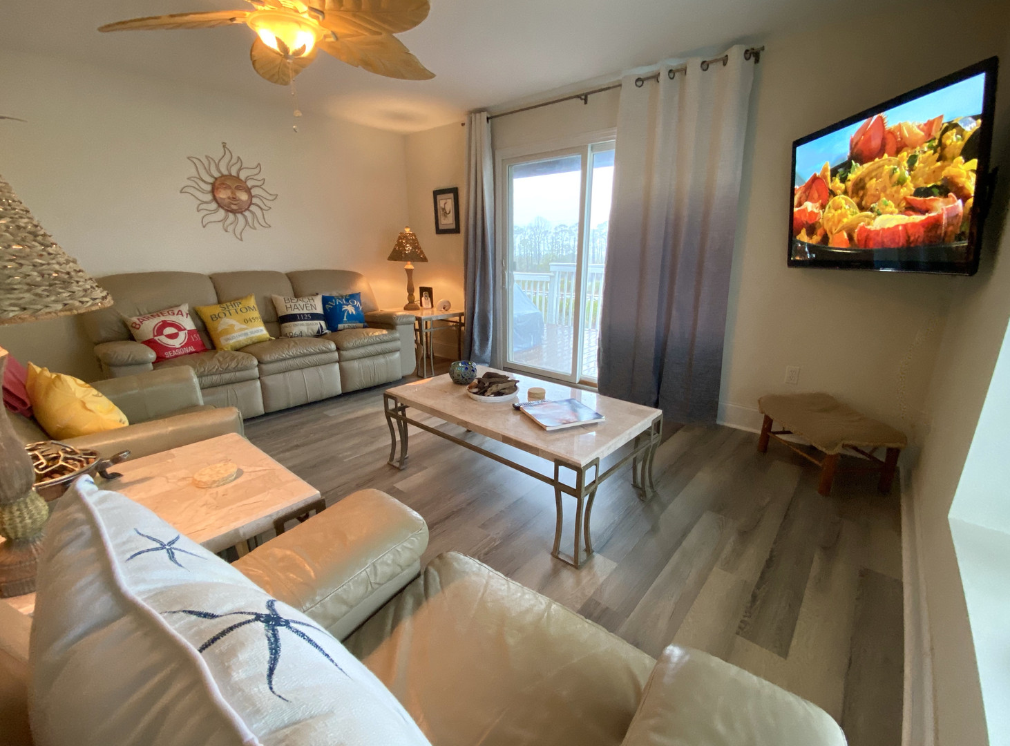 Family area with large flat screen T