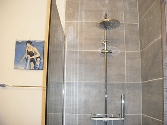 shower room in new gite 002.JPG