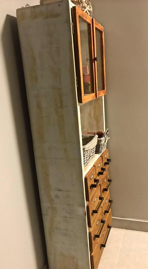Estrutura de madeira maciça Pinus, tingida com tinta automotiva PU na cor branca com desgastes. Portas e tampos das gavetas de madeira maciça Peroba Rosa. Puxadores de ferro, similares. Placas similares como na referência ou números pintados. Acabamento verniz automotivo fosco.