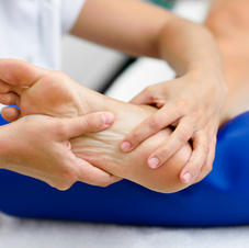 medical-massage-at-the-foot-in-physiothe