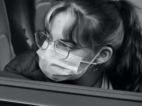 Češi se bojí koronaviru nejméně od začátku pandemie, rozvolnění opatření vítají, podzimu se obávají