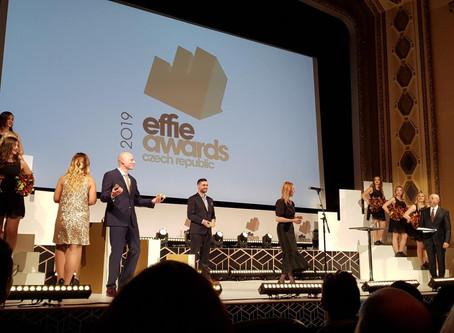 Effie s odstupem, nebo odstup od Effie?