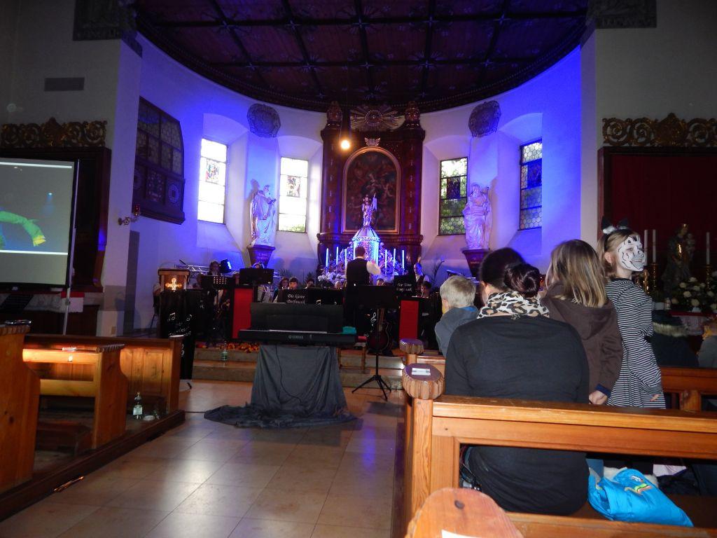 Die kleine Dorfmusik spielt _Nessaja_ au