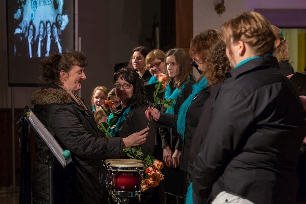 Irene Weckert übergibt im Namen des Pfar