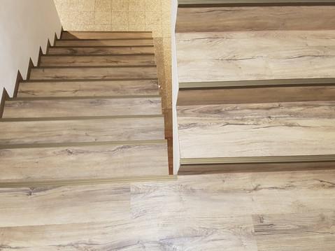Leden - Pokládka vinylové podlahy na schodiště
