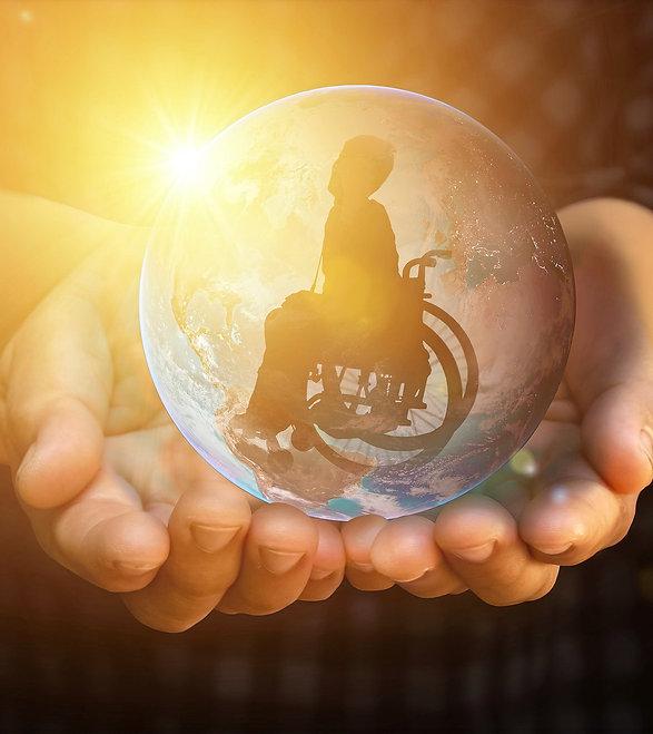 Glaskugel in der Hand mit Rollstuhl