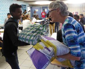 Klärli Fischer verteilt ihre selbst genähten Decken.