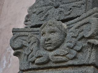 Antico portale in pietra lavica