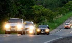 Farol ligado durante o dia é obrigatório em rodovia de pista simples