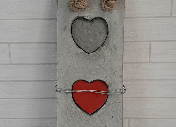 מתלה מסיבי עם לבבות לקיר