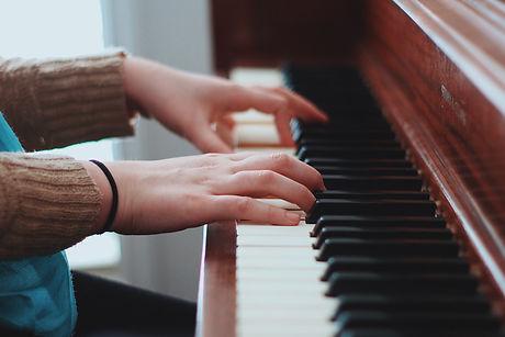 hand-play-piano.jpg
