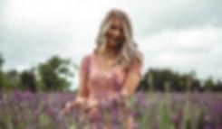 Femme champ fleurs lavandes.jpg