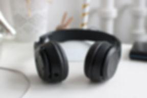 black-cordless-headphones-815494.jpg