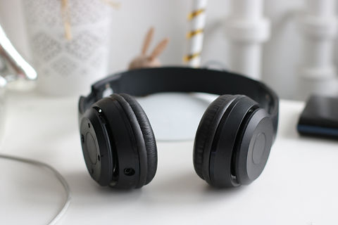 black-cordless-headphones-815494.jpg